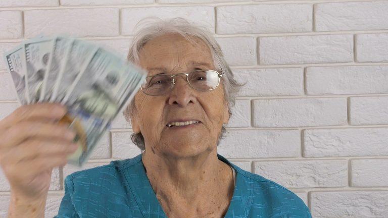Banner senhora procurando como se aposentar