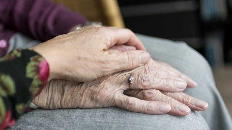 idosas preocupadas com a reforma da previdência