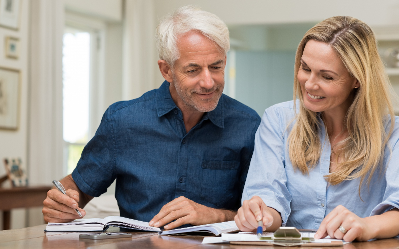 Banner casal vendo planejamento previdenciário